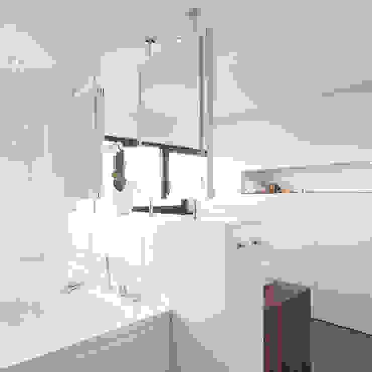 Einfamilienhaus M Moderne Badezimmer von kenchiku Modern