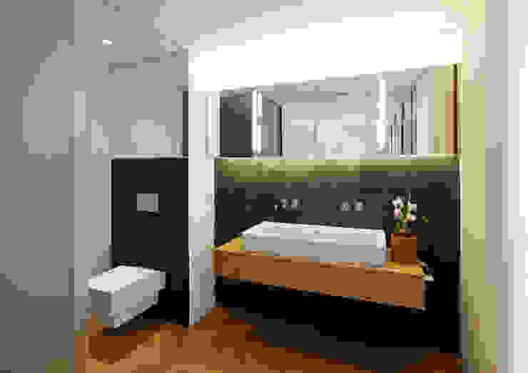Modern bathroom in a pre-war appartment de homify Moderno