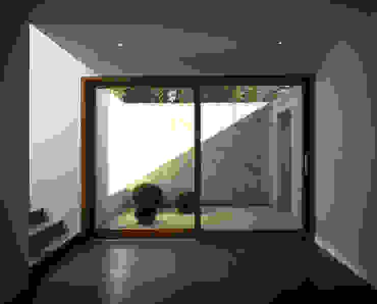 Pasillos, vestíbulos y escaleras minimalistas de Architektur & Interior Design Minimalista