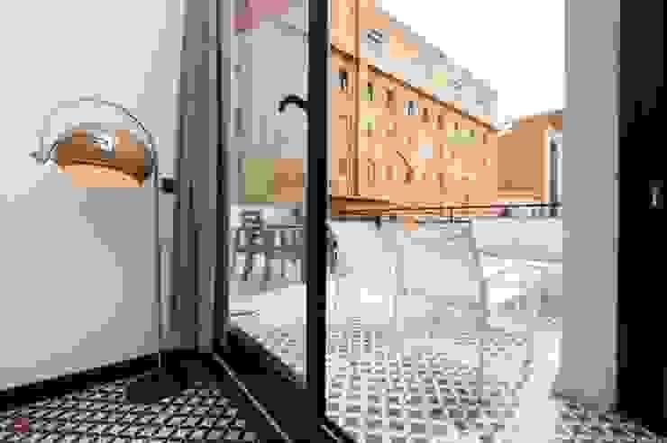 Aranżacje płytek cementowych w salach i na tarasach Śródziemnomorski balkon, taras i weranda od Kolory Maroka Śródziemnomorski