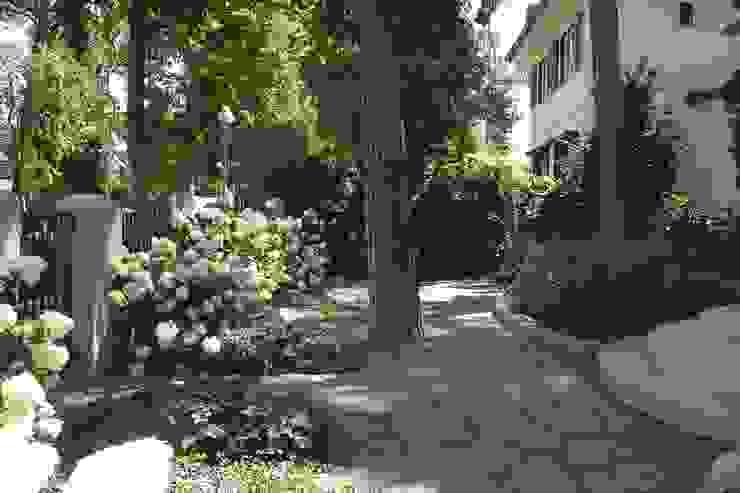 Blühender Hanggarten neuegaerten-gartenkunst Klassischer Garten