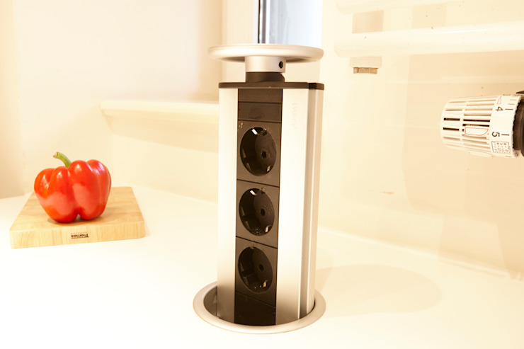 Lowerable power outlet strip in the kitchen island de homify Moderno