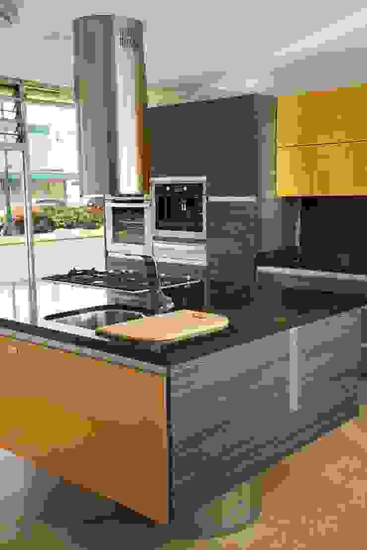 Cocina en PVC Gris Mare con combinación de Cristal Amarillo de Aura Cocinas Moderno