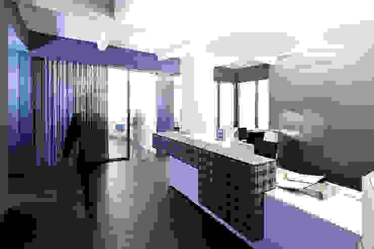 Empfangsbereich Moderne Geschäftsräume & Stores von a-base I büro für architektur Modern