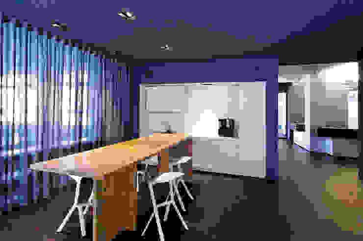 Zentraler Kommunikationsbereich Moderne Küchen von a-base I büro für architektur Modern