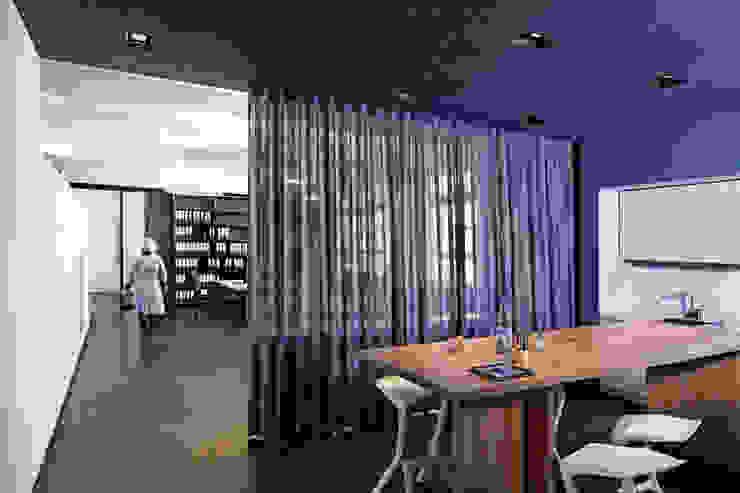 Zentraler Kommunikationsbereich Moderne Geschäftsräume & Stores von a-base I büro für architektur Modern