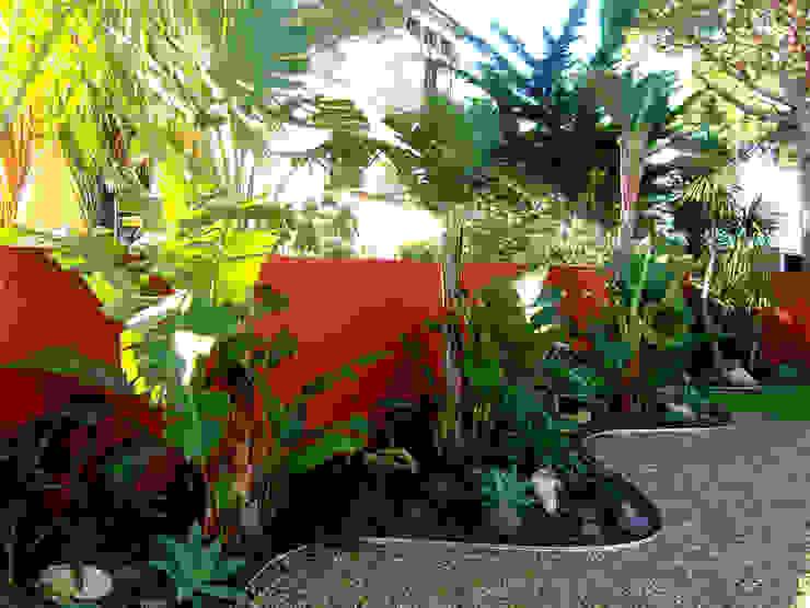 Nowoczesny ogród od Simbiosi Estudi Nowoczesny