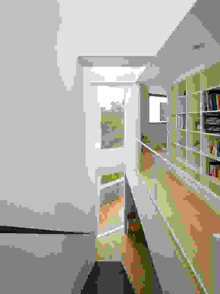 内部 モダンスタイルの 玄関&廊下&階段 の 小泉設計室 モダン