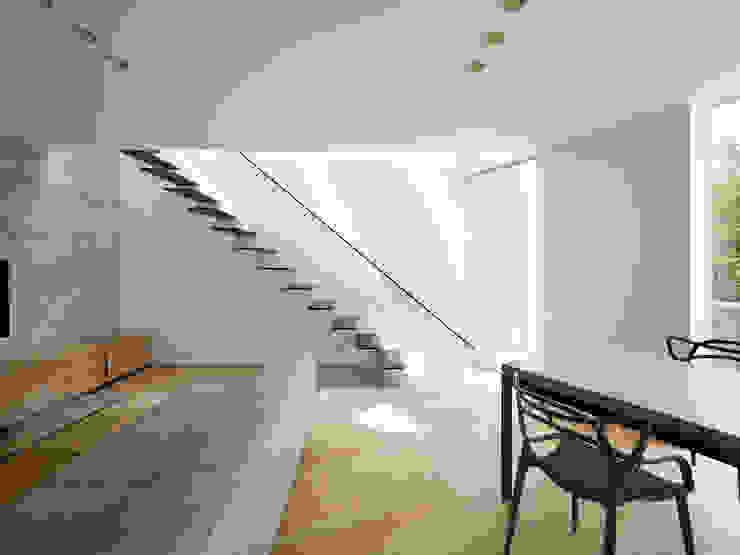 内部 モダンデザインの リビング の 小泉設計室 モダン