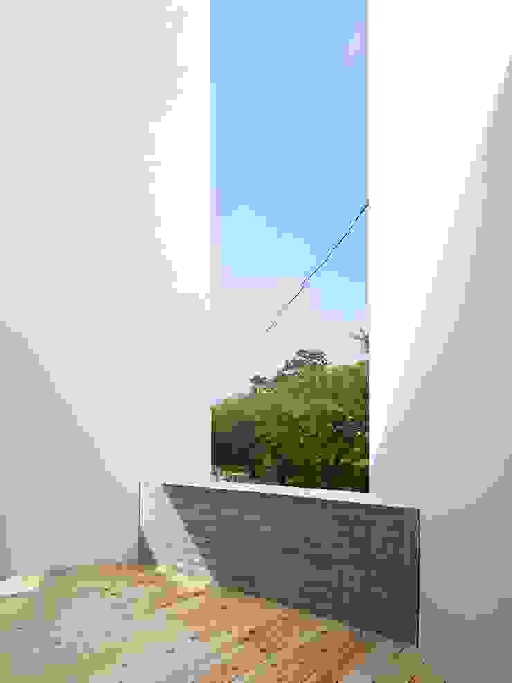 バルコニー モダンデザインの テラス の 小泉設計室 モダン