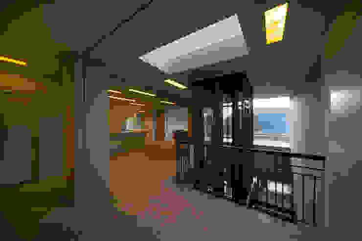 Eingangsbereich Klassischer Flur, Diele & Treppenhaus von a-base I büro für architektur Klassisch