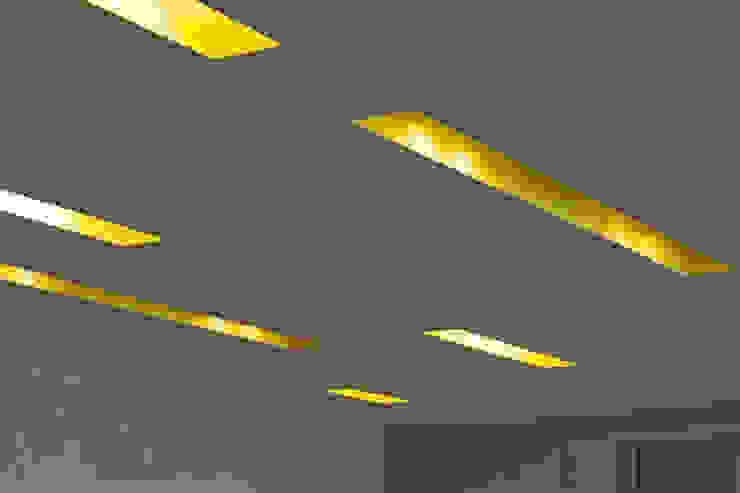 Deckenschlitze/ Beleuchtung in Akustikdecke Moderne Geschäftsräume & Stores von a-base I büro für architektur Modern