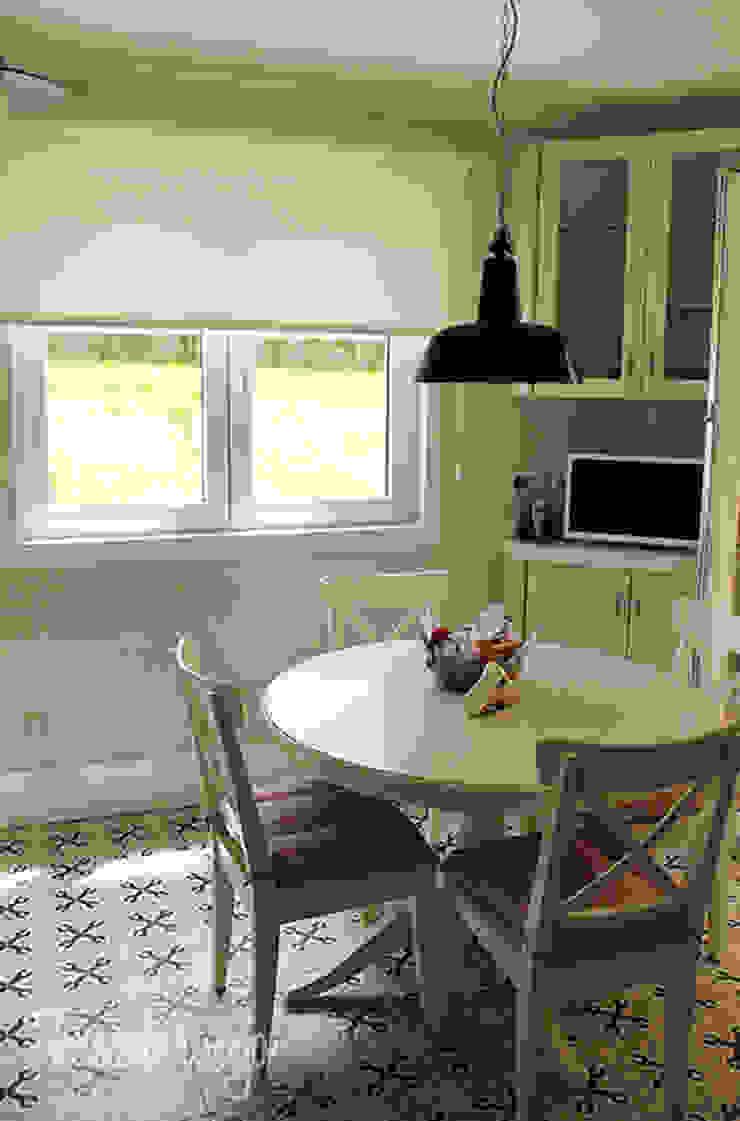 by Diseñadora de Interiores, Decoradora y Home Stager Scandinavian