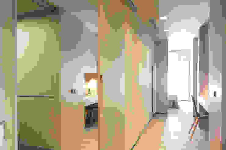Coblonal Arquitectura Modern corridor, hallway & stairs