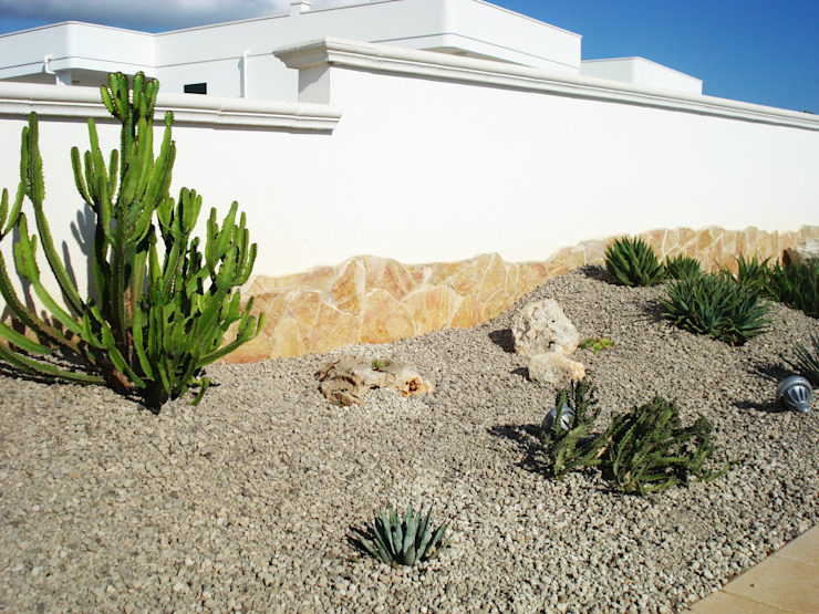 Verde pungente Giardino in stile mediterraneo di Au dehors Studio. Architettura del Paesaggio Mediterraneo