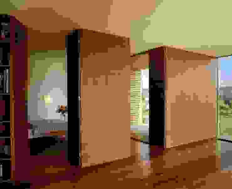 Salas de estar modernas por k-m architektur Moderno