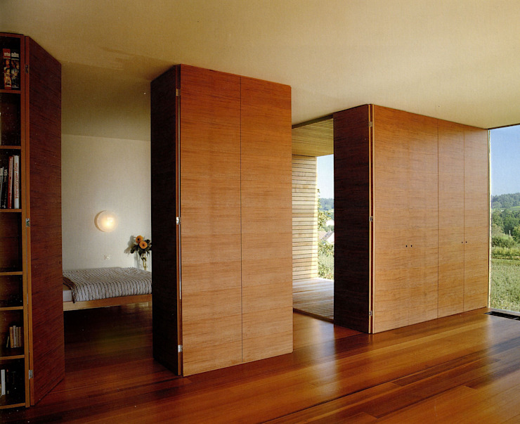 Salones de estilo moderno de k-m architektur Moderno