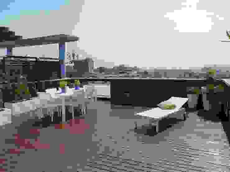 Mediterranean style balcony, veranda & terrace by Taller de Paisatge Mediterranean