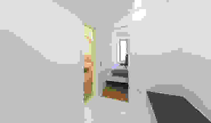Umbau Mehrfamilienhaus München Pasillos, vestíbulos y escaleras de Brut Deluxe Architecture + Design