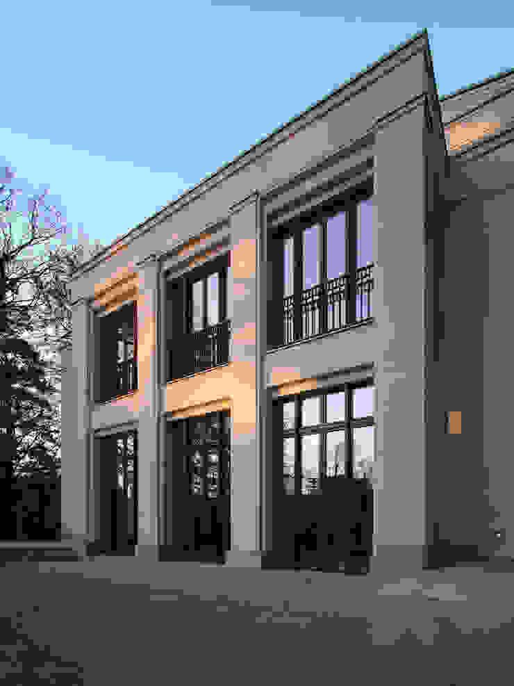 Den Himmel im Haus - Residenz mit zentralem Lichthof Klassischer Balkon, Veranda & Terrasse von CG VOGEL ARCHITEKTEN Klassisch