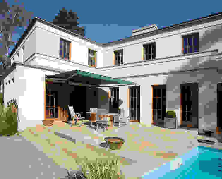 English inspired - Domizil mit Landhausflair Balkon, Veranda & Terrasse im Landhausstil von CG VOGEL ARCHITEKTEN Landhaus
