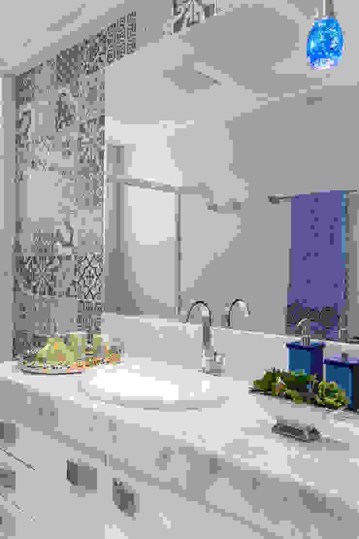 Baños de estilo ecléctico de Milla Holtz & Bruno Sgrillo Arquitetura Ecléctico