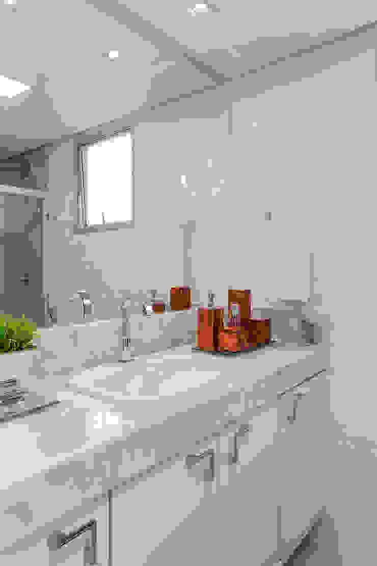 Baños de estilo clásico de Milla Holtz & Bruno Sgrillo Arquitetura Clásico