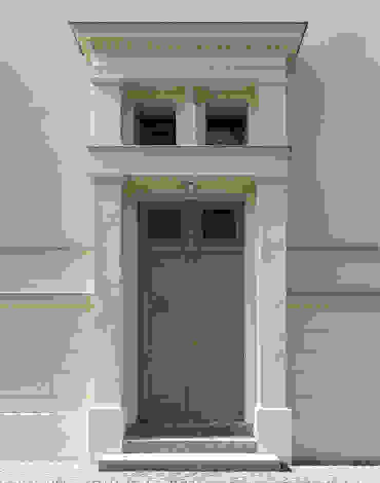 Der Haupteingang mit filigraner Profilierung im Detail Klassische Häuser von CG VOGEL ARCHITEKTEN Klassisch