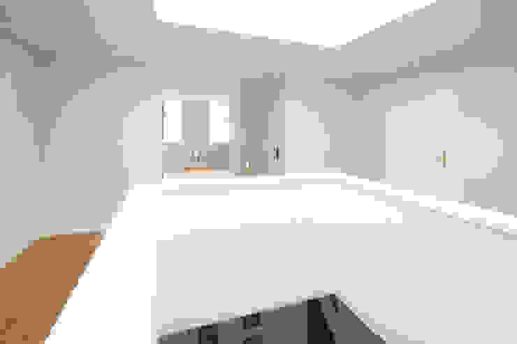 Der neue zentrale Lichthof mit Galerie Klassischer Flur, Diele & Treppenhaus von CG VOGEL ARCHITEKTEN Klassisch