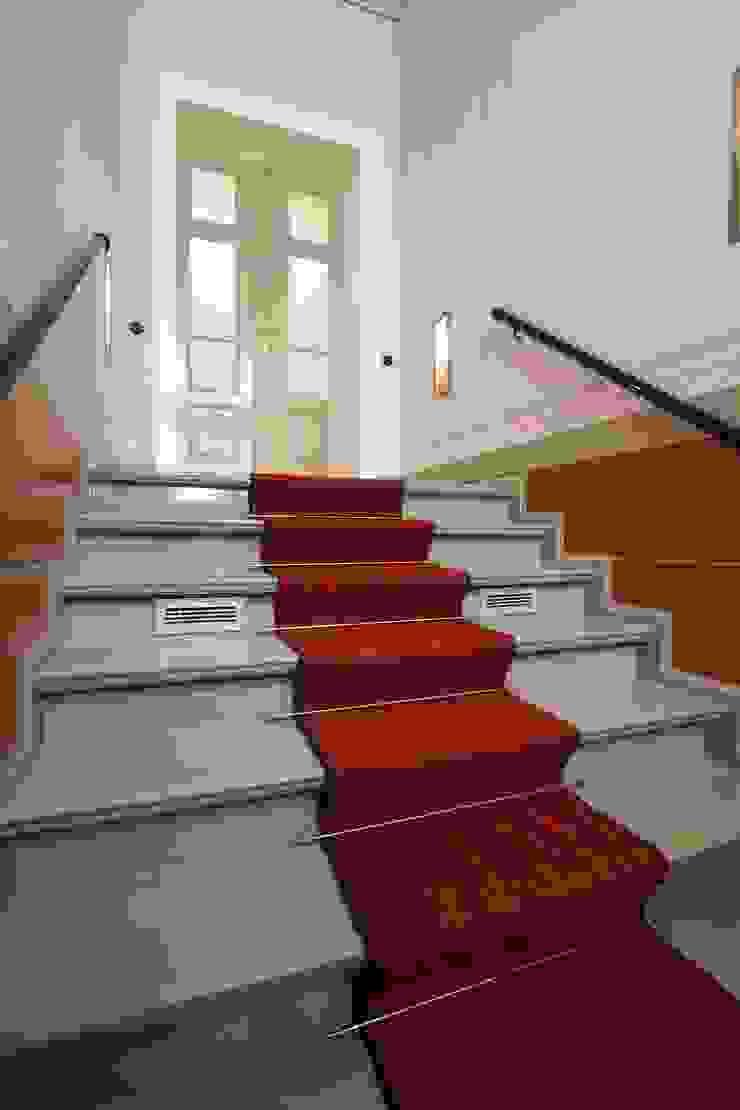 Im Treppenaufgang wurden historische Wandbemalungen wieder original hergestellt Klassischer Flur, Diele & Treppenhaus von CG VOGEL ARCHITEKTEN Klassisch