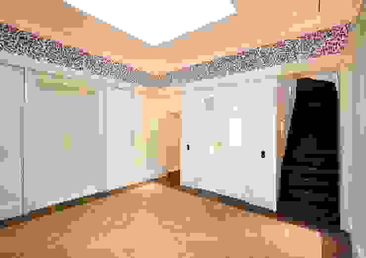 Wandvertäfelungen und ein Fries bestimmen das Vestibül Klassischer Flur, Diele & Treppenhaus von CG VOGEL ARCHITEKTEN Klassisch