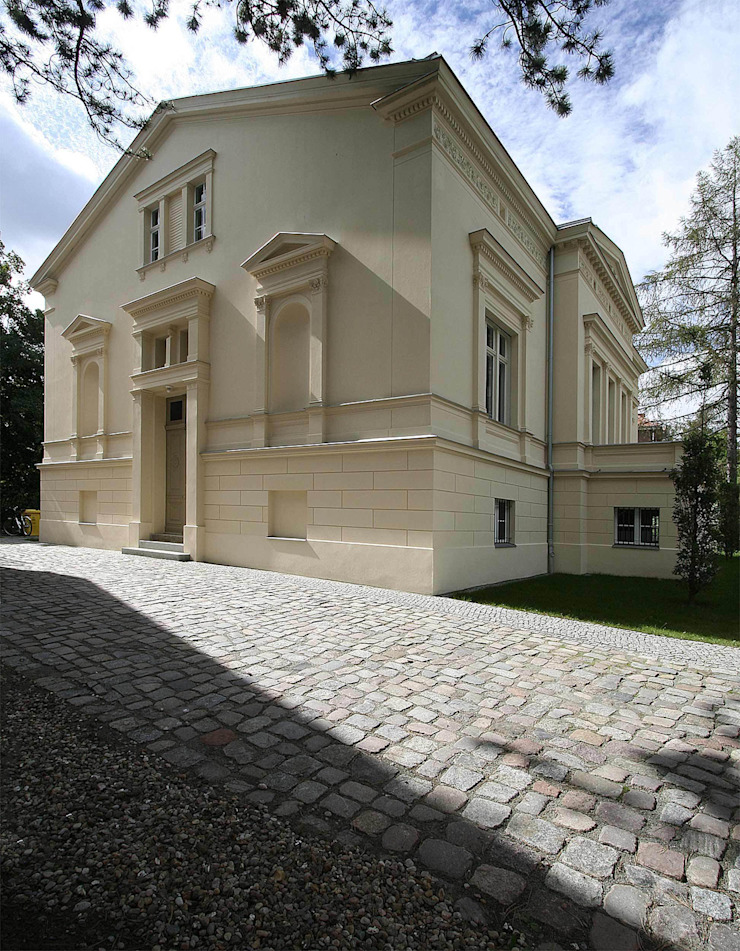 Der Haupteingang an der Giebelseite mit seitlichen Skulpturennischen Klassische Häuser von CG VOGEL ARCHITEKTEN Klassisch