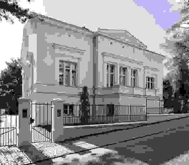 Die Straßenfassade mit klassischem Mittelrisalit und Giebeldreieck CG VOGEL ARCHITEKTEN Klassische Häuser