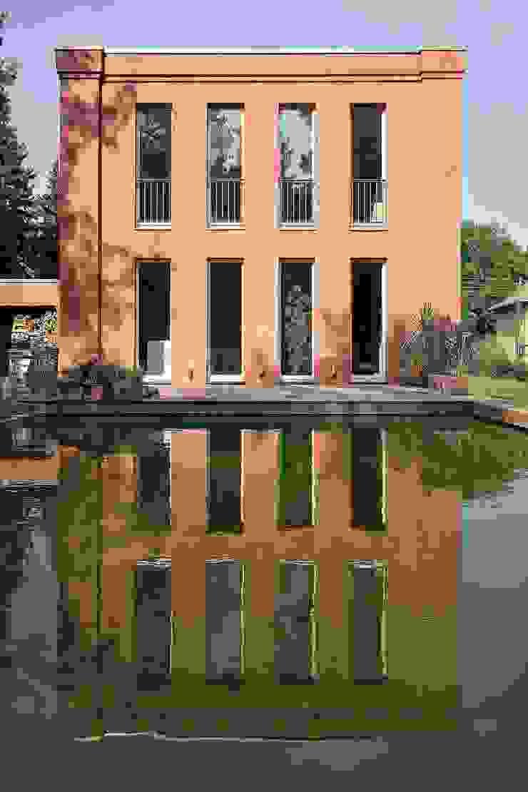 Temperamentvolles Rot - Wohnhaus in bewaldeter Umgebung Klassische Pools von CG VOGEL ARCHITEKTEN Klassisch