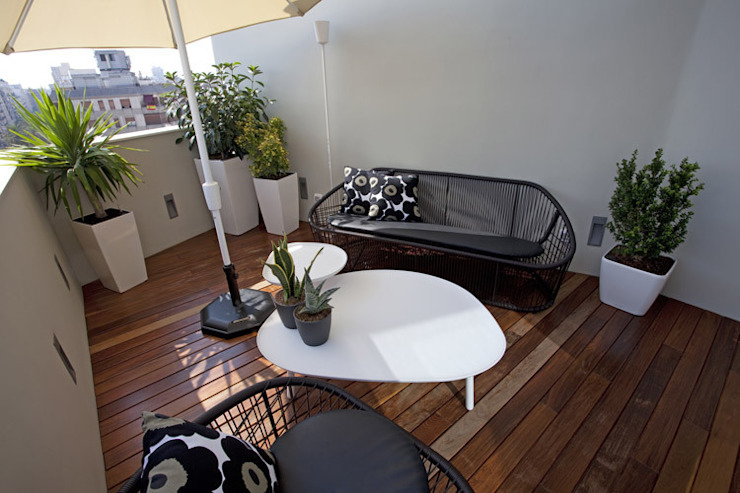 Modern style balcony, porch & terrace by Laura Yerpes Estudio de Interiorismo Modern