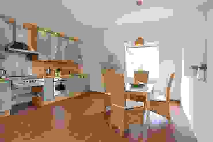 Landhausküche -NACHHER- Rustikale Küchen von WELLHAUSEN Immobilien Styling Rustikal
