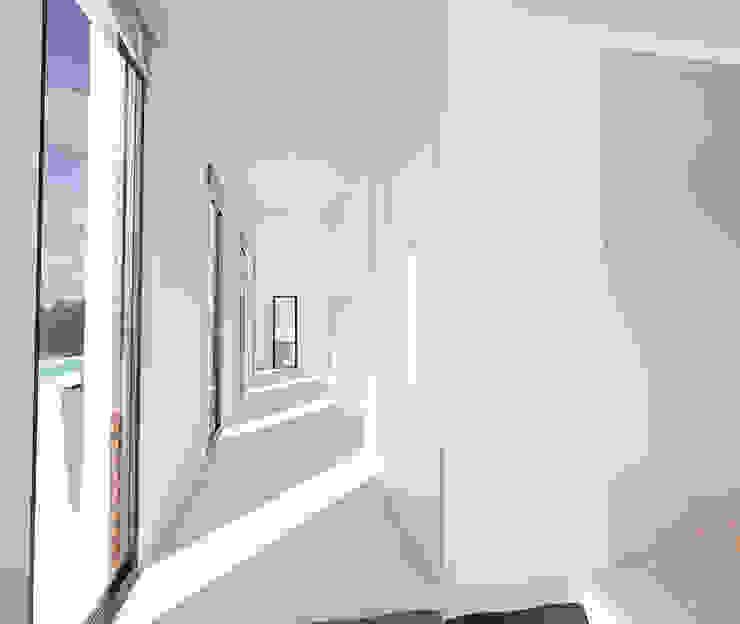 Proyecto de Vivienda Unifamiliar Pasillos, vestíbulos y escaleras de estilo moderno de DUE Architecture & Design Moderno