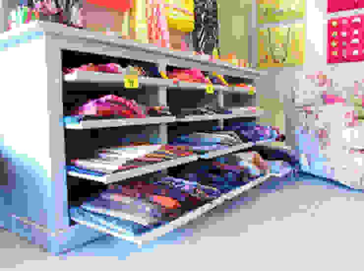 Mueble expositor Oficinas y tiendas de estilo ecléctico de Conalca Ecléctico
