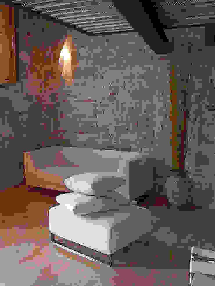 Hanging House Soggiorno in stile rustico di Fabio Barilari Architetti Rustico
