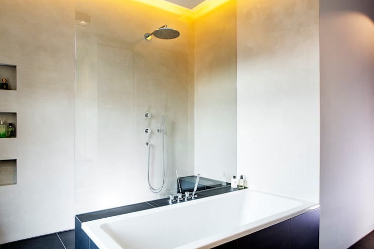 Moderne badkamers van BESPOKE GmbH // Interior Design & Production Modern