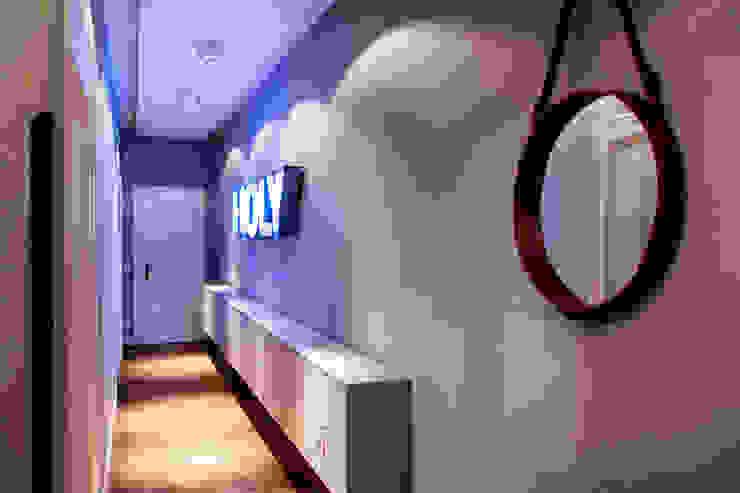 Pasillos y vestíbulos de estilo  de BESPOKE GmbH // Interior Design & Production, Moderno