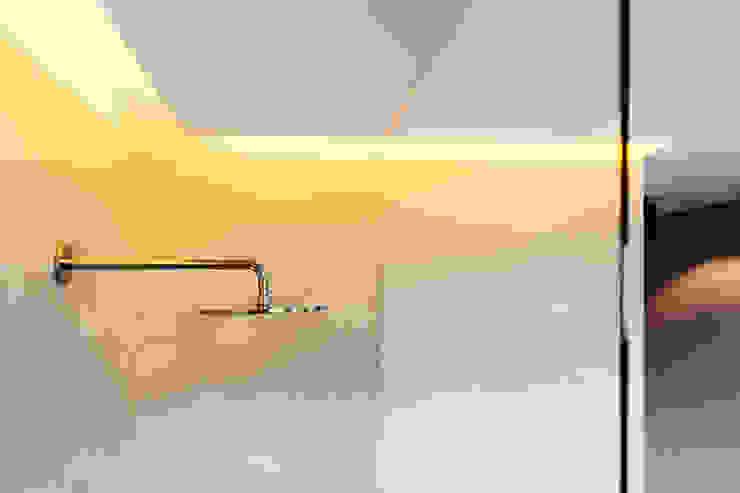 Baños de estilo  de BESPOKE GmbH // Interior Design & Production, Moderno