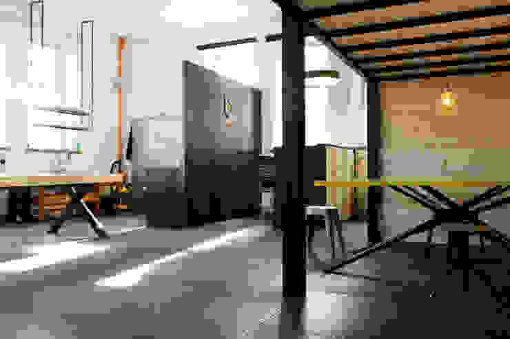 Tisch : industriell  von BESPOKE GmbH // Interior Design & Production,Industrial