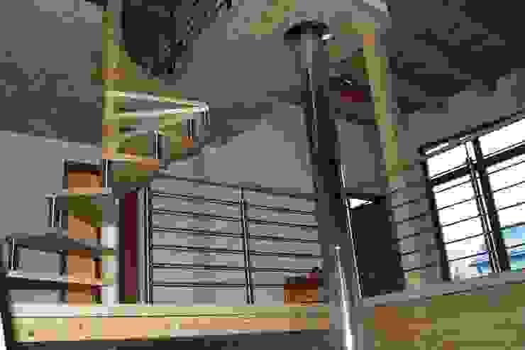 สไตล์ผสมผสาน ทางเดินห้องโถงและบันได โดย Architekturbüro HOFFMANN ผสมผสาน