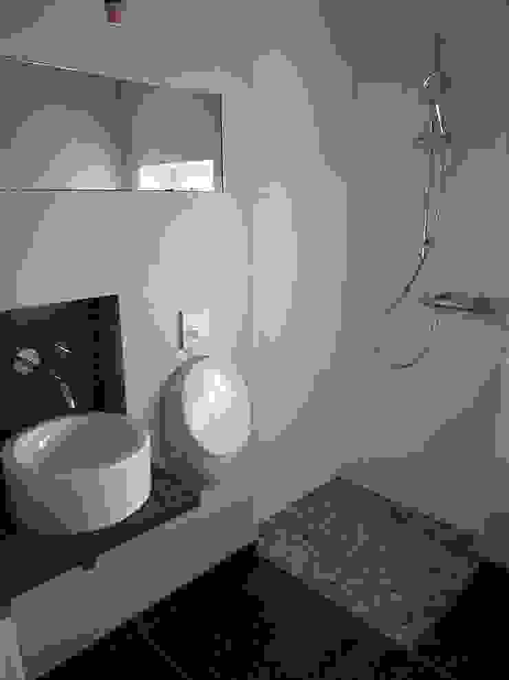 Einfamilienhaus   T Moderne Badezimmer von Architekturbüro HOFFMANN Modern