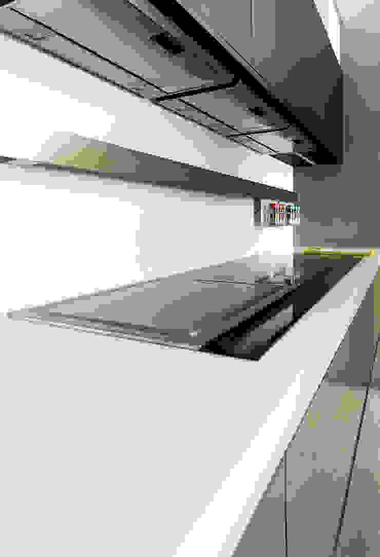 E3.60 jaspe marron glass / E3.00 negro ghost de GAMA-DECOR S.A. Moderno