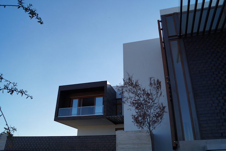 Frente casa Balcones y terrazas modernos de Metrik Studio Moderno