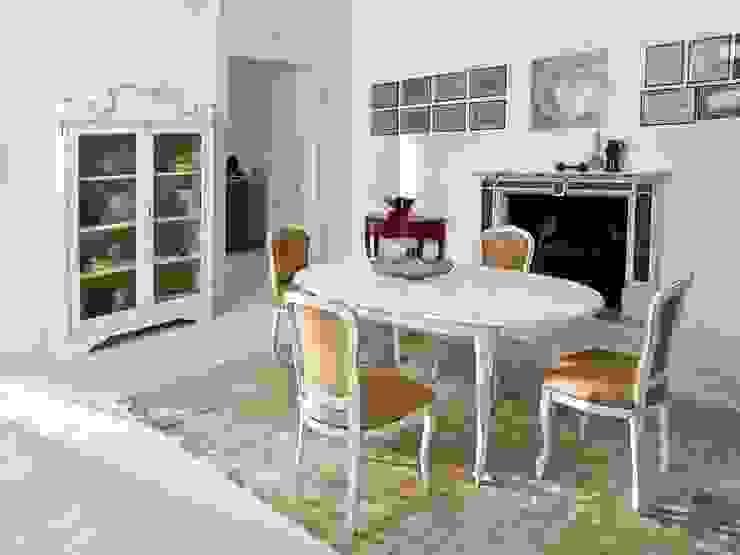 Zona de comedor con mesa ovalada y tallada Comedores de estilo clásico de MUMARQ ARQUITECTURA E INTERIORISMO Clásico