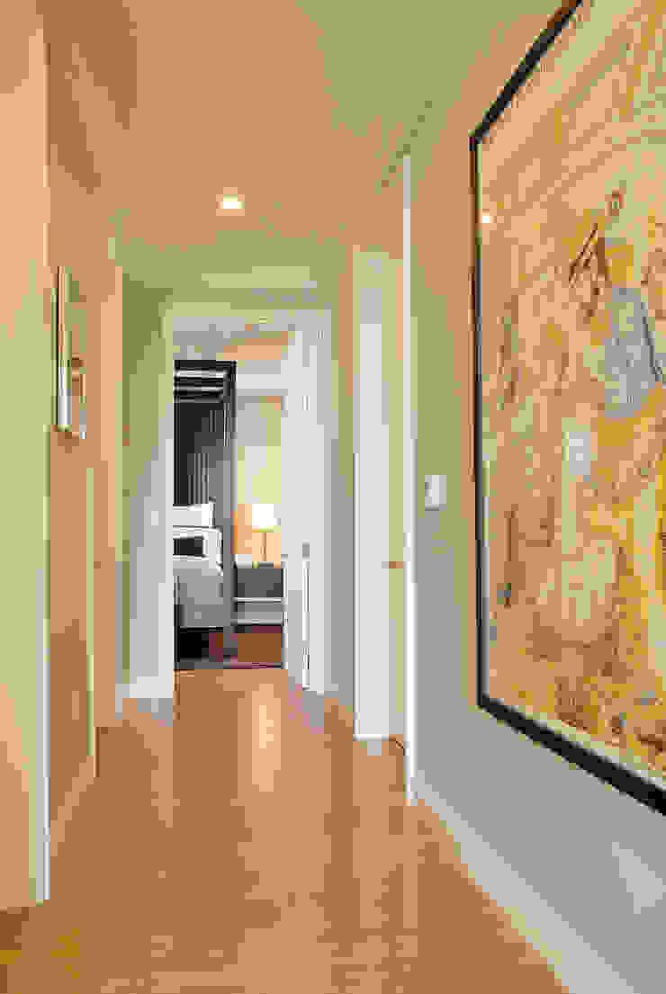 Palma de Malljorca (Home) Modern corridor, hallway & stairs by Lewis & Co Modern