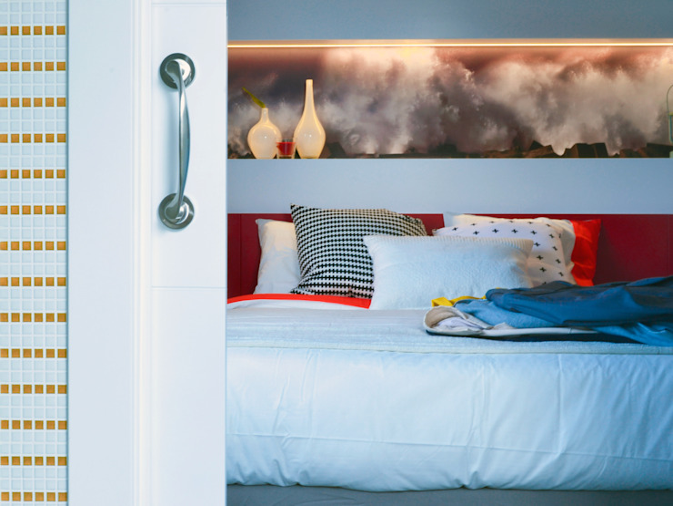 Puertas blancas para ganar luminosidad de TEKNIA ESTUDIO Escandinavo